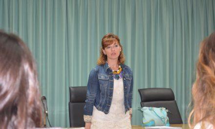 La periodista Helena López-Casares diserta en la Onubense sobre motivación y liderazgo