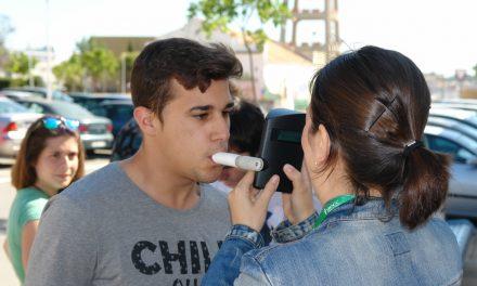 La Universidad de Huelva reparte fresas a cambio de tabaco