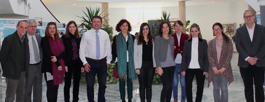 Miembros del proyecto de las distintas universidades junto a la vicerrectora Reyes Alejano